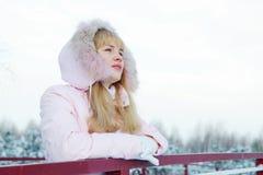 De jonge mooie vrouw ademt verse lucht en rust Royalty-vrije Stock Afbeeldingen