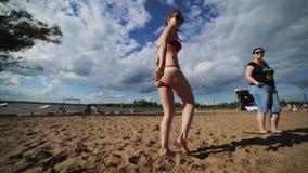 De jonge mooie vrouw in bustehouder en onderbroek danst op de zomerstrand dichtbij rivier stock footage
