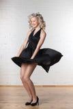 De jonge mooie vrouw danst. Royalty-vrije Stock Afbeeldingen
