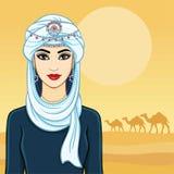 De jonge mooie vrouw in een witte tulband en zilveren juwelen Royalty-vrije Stock Fotografie