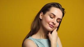 De jonge mooie vrouw geniet van wind in haar haar stock footage