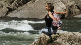 De jonge mooie vrouw heeft ontspanning dichtbij wilde rivier stock video