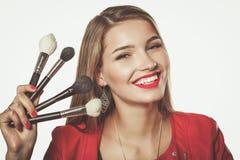 De jonge mooie vrouw houdt in hand borstel voor make-up Stock Afbeeldingen