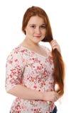 De jonge mooie vrouw kamt lang rood haar Royalty-vrije Stock Afbeeldingen
