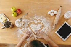 De jonge mooie vrouw kookt in de keuken royalty-vrije stock foto