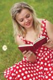 De jonge mooie vrouw leest boek royalty-vrije stock fotografie