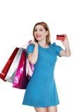 De jonge mooie vrouw maakt het winkelen met creditcard Stock Afbeeldingen