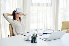 De jonge mooie vrouw ontspant in virtuele werkelijkheid Stock Afbeeldingen