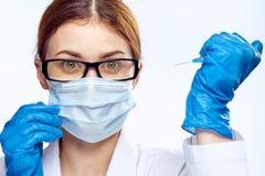 De jonge mooie vrouw op wit isoleerde achtergrond, arts, wetenschapper, geneeskunde Stock Afbeelding