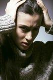 De jonge mooie vrouw in probleem, die in zorg gillen dicht drukte omhoog de winter, donker droefheidsconcept in Royalty-vrije Stock Fotografie