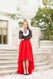De jonge mooie vrouw stelt Royalty-vrije Stock Afbeelding