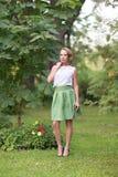 De jonge mooie vrouw stelt Stock Foto