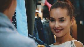 De jonge mooie vrouwen in de wekelijkse kledingsmarkt zijn de beste vrienden stock video