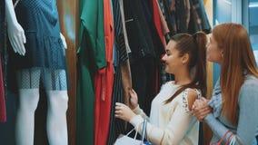 De jonge mooie vrouwen in de wekelijkse kledingsmarkt zijn de beste vrienden stock footage