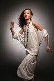 De jonge mooie vrouwendansen Royalty-vrije Stock Afbeeldingen