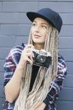 De jonge mooie vrouwenfotograaf houdt de camera Royalty-vrije Stock Foto
