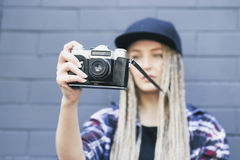 De jonge mooie vrouwenfotograaf neemt een foto Stock Foto