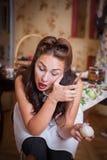 De jonge mooie vrouwenhuisvrouw maakt uien van de schil schoon Retro en uitstekend stock foto's