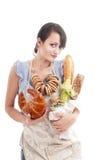 De jonge mooie zakken van de vrouwenholding met vers brood royalty-vrije stock foto