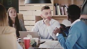 De jonge multi-etnische collega's luisteren aan onherkenbare vrouwelijke leider die instructies geven op kantoor die langzame mot stock video