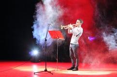 De jonge musicus speelt de trompet royalty-vrije stock afbeeldingen