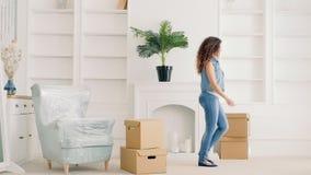 De jonge nieuwe moderne flat van het paar bewegende materiaal stock videobeelden