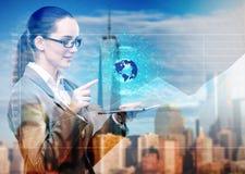 De jonge onderneemster in globaal bedrijfsconcept Stock Afbeelding