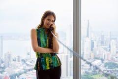 2 de jonge Onderneemster With Wired Telephone van Latina in Moderne Offi Stock Fotografie