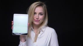 De jonge onderneemster in wit overhemd schakelt app in en toont groen van tablet op zwarte achtergrond chromascreen stock video