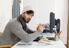 De jonge ongerust gemaakte zakenman in koel hipster beanie kijkt kijkend wanhopig hebbend probleem werkend in spanning royalty-vrije stock foto's