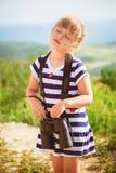 De jonge ontdekkingsreiziger bekijkt de toneelmening door verrekijkers Stock Foto
