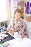 De jonge ontwerper die van de vrouwenmanier bij studio werken Royalty-vrije Stock Foto's