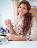 De jonge ontwerper die van de vrouwenmanier bij studio werken Stock Fotografie