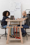 De jonge ontwerpers werken bij lijst Stock Foto