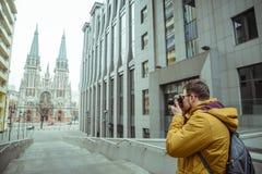 De jonge oude ghotic kerk van de toeristenspruit Stock Foto's