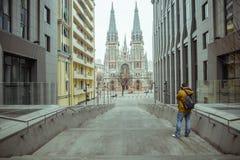 De jonge oude ghotic kerk van de toeristenspruit Royalty-vrije Stock Foto's