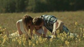De jonge ouders geven hun kussen van de zoonsdouche om hun liefde te tonen stock footage