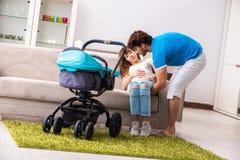 De jonge ouders met baby die nieuwe aankomst verwachten royalty-vrije stock foto's