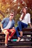 De jonge paar in openlucht herfst royalty-vrije stock fotografie