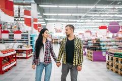 De jonge paargreep dient supermarkt, achtermening in royalty-vrije stock foto
