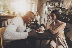 De jonge de paarmannen en vrouwen komen verhouding te weten royalty-vrije stock fotografie