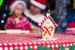 De jonge papa en weinig dochter in Kerstmanhoed bakken Royalty-vrije Stock Afbeelding