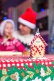 De jonge papa en weinig dochter in Kerstmanhoed bakken Stock Afbeeldingen