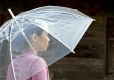 De jonge paraplu van de vrouwenholding Stock Foto's