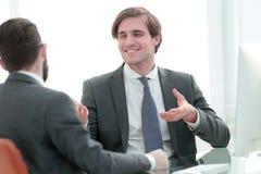 De jonge partners schudden handen stock fotografie