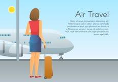 De jonge passagier van het vrouwenvliegtuig met bagagekoffer bekijkt straal bij de luchthaven Vakanties, reis en actieve levensst Stock Afbeelding