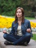 De jonge positie van de vrouwen zen lotusbloem Royalty-vrije Stock Afbeeldingen