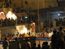De jonge priesters van de Brahmaan leiden aarti Stock Foto's