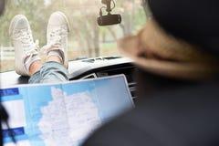 De jonge reiziger van de vrouwenauto met kaart Royalty-vrije Stock Afbeelding