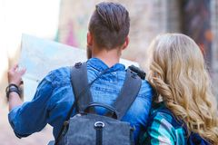De jonge reizigers met een toerist brengen in kaart Man en vrouw die vakantie hebben Backpackers, het reizen en toerismeconcept royalty-vrije stock fotografie